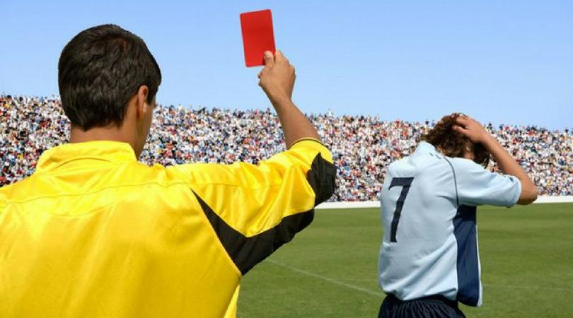 Fudbaler će moći da dobije crveni karton u svlačionici na poluvremenu