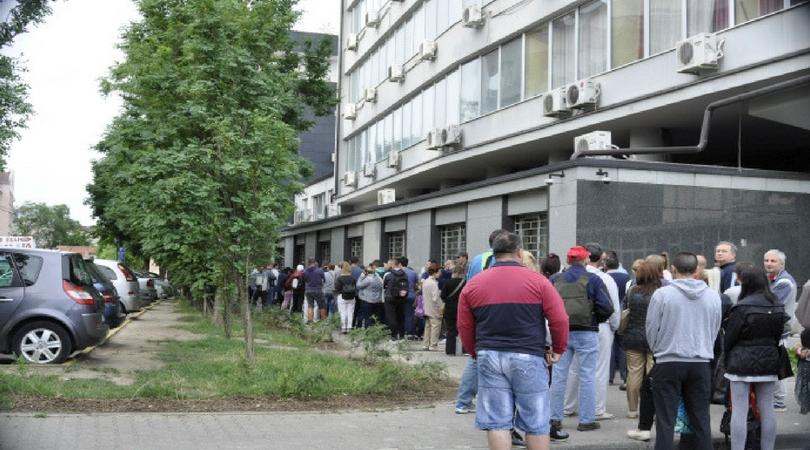 Građani dolaze u ponoć da stanu u red za komisiju za bolovanje