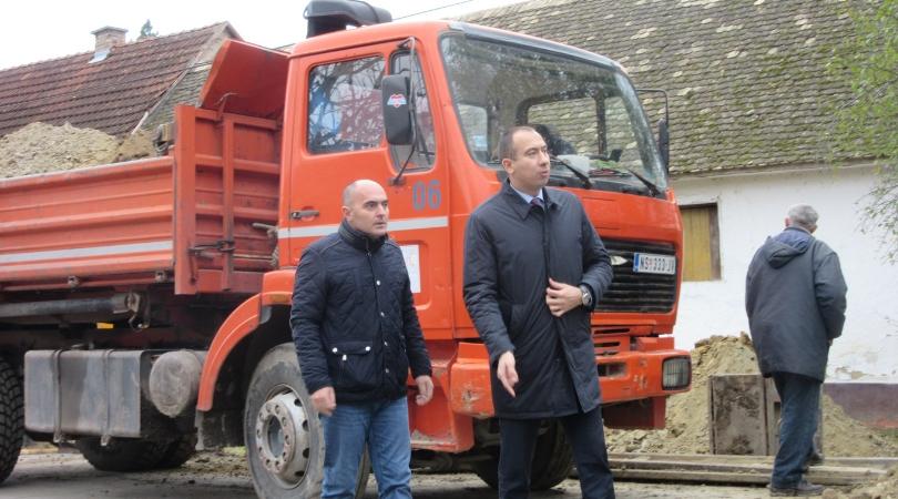 Pokrajinski sekretar obišao radove na izgradnji fekalne kanalizacije u Mladenovu