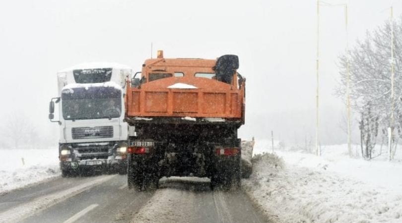 Sneg, magla i poledica na putevima, vozačima se savetuje oprez