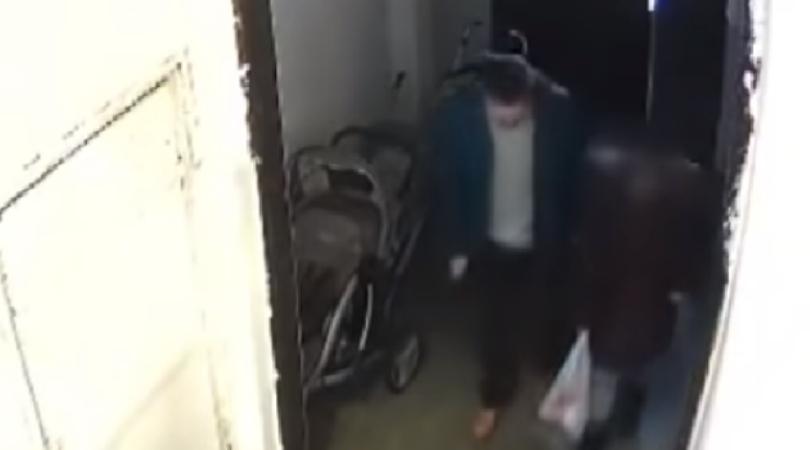 Objavljen snimak pedofila koji mami devojčicu u zgradu (VIDEO)
