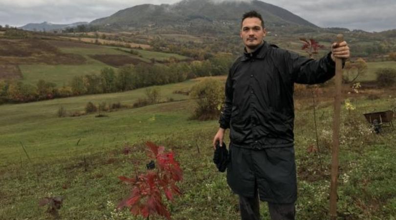 """Mladić sadi novu šumu u selu kod Čačka da bi """"proizvela kiseonik za sve nas"""""""