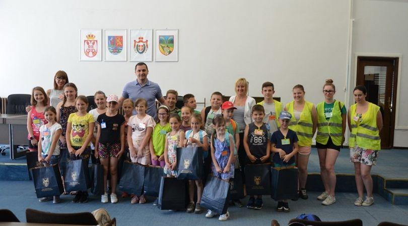 Deca iz YMCA u poseti kod predsednika opštine Bački Petrovac