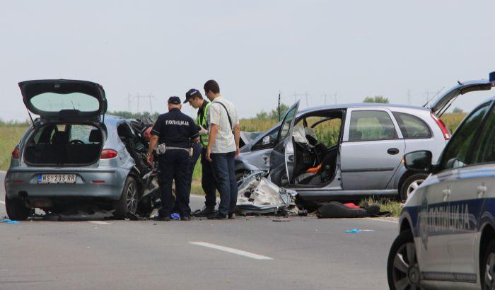 Tri žene poginule, mladić teško povređen u udesu kod Kaća