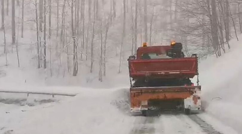 Evakuisani ljudi iz 70 zavejanih vozila na Pešteru (VIDEO)