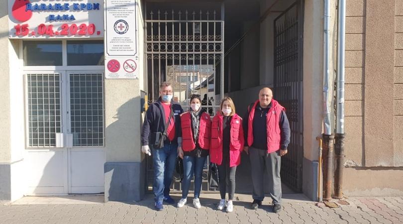 Zaposleni i volonteri Crvenog krsta u akciji podele paketa starijem stanovništvu