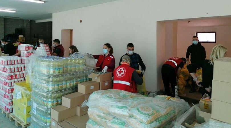 Volonteri Crvenog krsta i Kancelarije za mlade pakuju pakete za penzionere