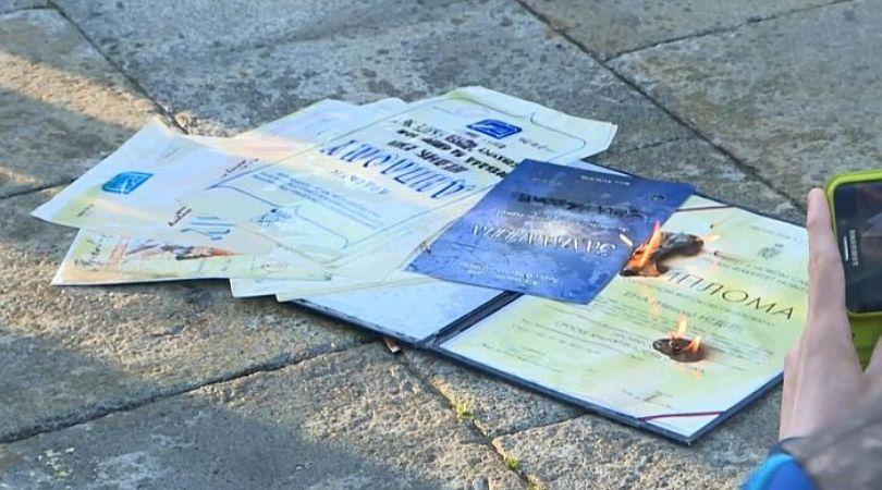 Ogorčena stanjem u zemlji profesorka spalila sve svoje diplome i licence (VIDEO)