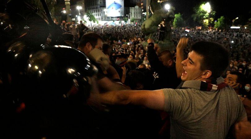 Protest u Beogradu: Demonstranti rasterani, letele kamenice i suzavac, zapaljeni policijski automobili